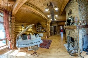 Комплект  мебели из массива сосны под старину в дом.