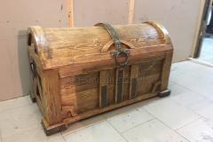 состаренный сундук из массива сосны Купец с ковкой