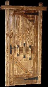 дверь из сосны состаренная с ковкой