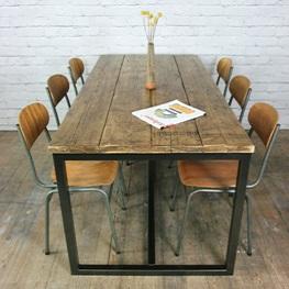 обеденный стол с металлическими ножками и деревянной столешницей
