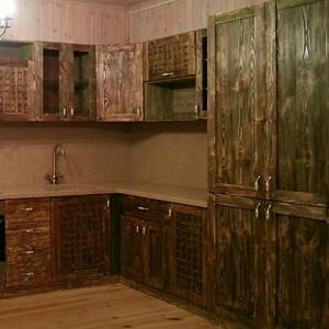 Кухня из массива дерева в стиле шале