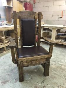Кресло из массива сосны под старину с обивкой Монарх