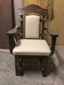 кресло Премьер из массива сосны под старину с обивкой из экокожи белого цвета