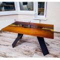 Стол Норфолк выполнен из массива дерева с заливкой смолой. Ножки выполнены из металла.